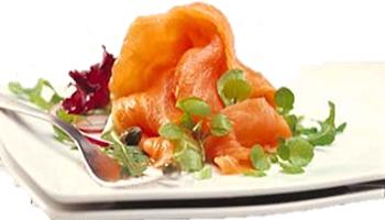salmão fumado com molho de espinafres